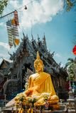 Försilvra tempelet i Chiang Mai Utvändig sikt Inga kvinnor lät till tillträdeet templet Den guld- Buddha utanför försilvrar templ arkivbilder