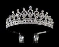 Försilvra tiaradiademen med ädelstenar och diamanter som isoleras på svart bakgrund Fotografering för Bildbyråer