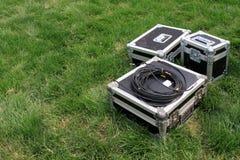 Försilvra tin boxas på en grön lawn royaltyfria bilder