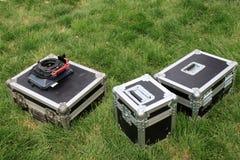 Försilvra tin boxas på en grön lawn royaltyfria foton