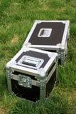 Försilvra tin boxas på en grön lawn arkivbilder