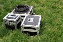 Försilvra tin boxas på en grön lawn royaltyfri bild