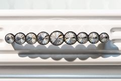 Försilvra uppsättningen av möblemanghandtag med stenar på en vit bakgrund royaltyfri bild