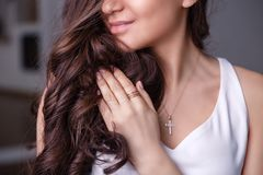 Försilvrar den härliga brunettflickan för closeupen med långt hår in smyckenörhängen, cirklar, armbandet, kedjan, halsband arkivbild