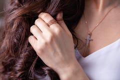 Försilvrar den härliga brunettflickan för closeupen med långt hår in smyckenörhängen, cirklar, armbandet, kedjan, halsband royaltyfri bild