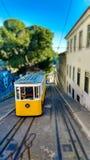 Förskjutning för Lissabon berömd spårvagnlutande Arkivbilder