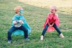 Förskole- Caucasian barn som spelar superheroes royaltyfria foton