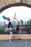 Förskole- flicka och moder på staketet Arkivbild