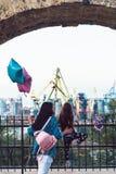 Förskole- flicka och moder på staketet Royaltyfria Bilder