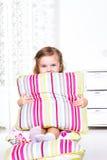 Förskole- flickasammanträde på kudder Arkivfoto
