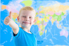 Förskole- pojke med världskartan Arkivbild