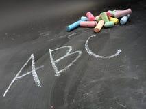 förskole- utbildning som visas med bokstäver och krita Arkivbild