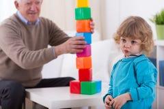 Förskolebarn och färgrika byggnadskvarter Arkivbilder