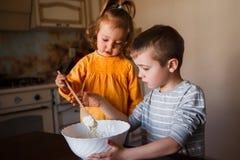 Förskolebarn som förbereder frukosten arkivbilder