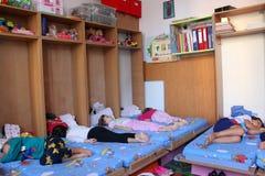 Förskolebarn som sover på dagiset royaltyfri fotografi