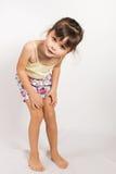 Förskolebarnflicka i kortslutningar och ärmlös tröja Royaltyfri Bild