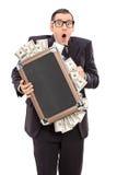 Förskräckt affärsman som rymmer en påse full av pengar Royaltyfri Bild
