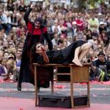 Förskräckt aktris som anfallas av en våldsam man royaltyfri foto