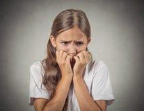 Förskräckt blyg tonåringflicka Arkivfoto