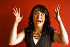 förskräckt förvånad kvinna arkivfoto