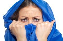 Förskräckt flicka i grön hijab Royaltyfria Foton