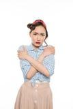 Förskräckt härlig asiatisk kvinna med korsade armar som ser kameran Fotografering för Bildbyråer