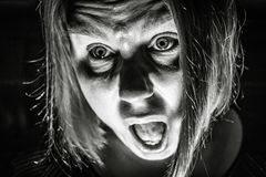 Förskräckt kvinna Arkivbild