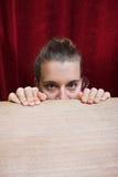 förskräckt kvinna för uttrycksframsida Arkivbild
