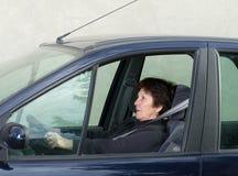 Förskräckt kvinna i bil Royaltyfri Bild
