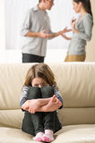 Förskräckt liten flicka som lyssnar till förälderargumentet Royaltyfri Fotografi