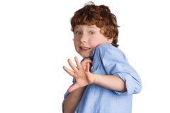 Förskräckt pojke på vit bakgrund Royaltyfri Foto