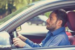 Förskräckt rolig seende chaufför för ung man i bilen Oerfaren angelägen bilist Royaltyfri Bild