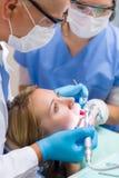 Förskräckt tålmodig på tandläkarekontoret Arkivbilder