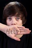 förskräckt tonåring för pojkehjälpbehov Arkivfoto