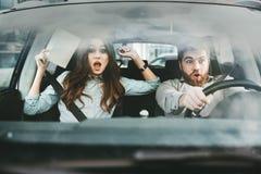 Förskräckta par i bil arkivfoton