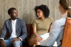 Försonade svarta maker gör fred efter lyckad relationshi fotografering för bildbyråer