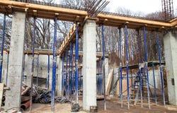 Förstärka fundamentet av det andra golvet av huset med metall racks Royaltyfria Foton