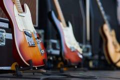 Förstärkare med den elektriska gitarren på etappen uppsättning för musikinstrument för gitarrist inga personer royaltyfria foton
