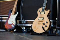 Förstärkare med den elektriska gitarren på etappen uppsättning för musikinstrument för gitarrist inga personer arkivbild
