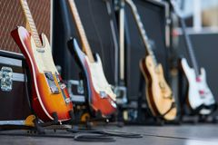 Förstärkare med den elektriska gitarren på etappen uppsättning för musikinstrument för gitarrist inga personer arkivfoto