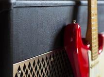 Förstärkare och röd elektrisk gitarr Royaltyfria Foton