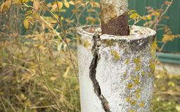 Förstärkt konkret pelare med en spricka arkivfoton