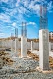 Förstärkta stålstänger på konstruktionspelare, betongdetaljer och strålar på byggnadsplatsen Royaltyfria Bilder