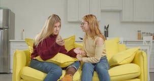 Förstående flicka som tröstar vännen efter upplösning lager videofilmer