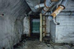 Förstörd övergiven sovjetisk bunker, eko av kalla kriget royaltyfri bild
