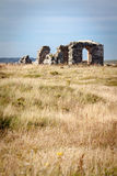 Förstörd abbotskloster på den Llanddwyn ön Royaltyfri Foto