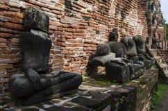 Förstörd Buddhastaty i Wat Mahatrat Thailand Arkivfoto