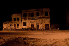 Förstörd byggnad i natten Royaltyfri Foto