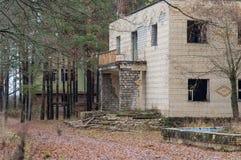 Förstörd byggnad i träna, apokalyptisk stolpe royaltyfri fotografi