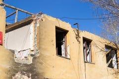 förstörd byggnad Morgon efter ha beskjutit Royaltyfri Bild